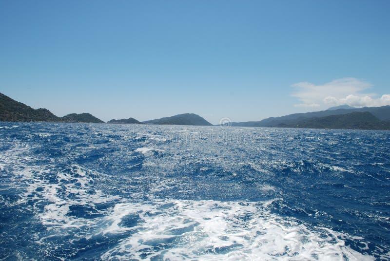 Piękny widok skalisty brzeg pod niebieskim niebem i morze śródziemnomorskie fotografia royalty free