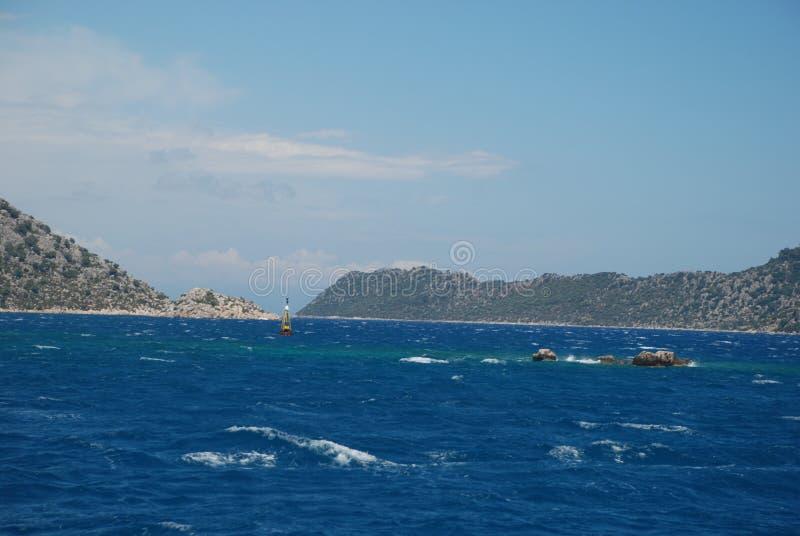 Piękny widok skalisty brzeg pod niebieskim niebem i morze śródziemnomorskie obraz stock