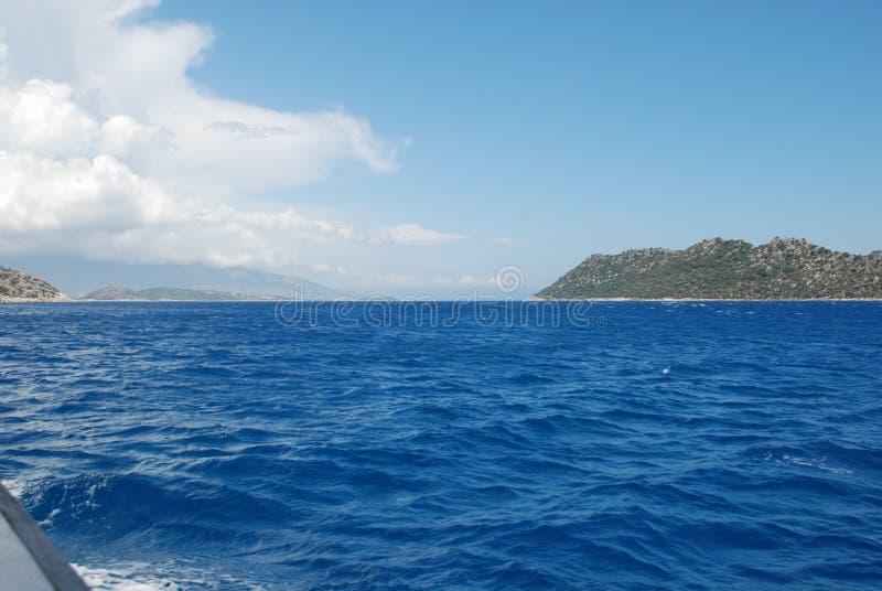 Piękny widok skalisty brzeg pod niebieskim niebem i morze śródziemnomorskie obraz royalty free