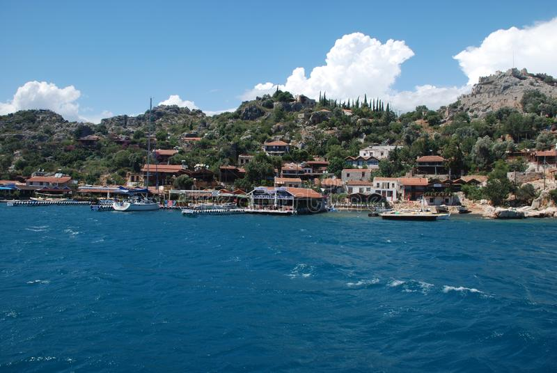 Piękny widok skalisty brzeg pod niebieskim niebem i morze śródziemnomorskie zdjęcia royalty free