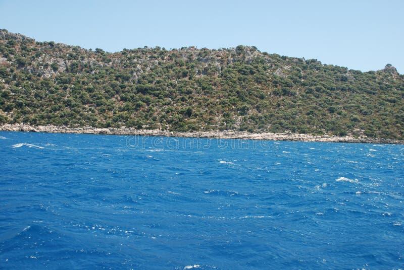 Piękny widok skalisty brzeg pod niebieskim niebem i morze śródziemnomorskie zdjęcia stock
