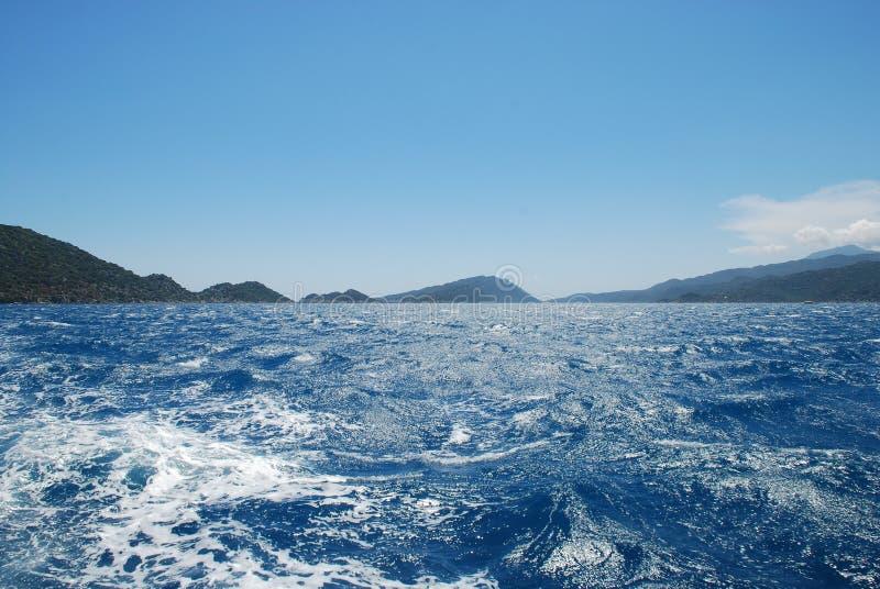 Piękny widok skalisty brzeg pod niebieskim niebem i morze śródziemnomorskie zdjęcie stock