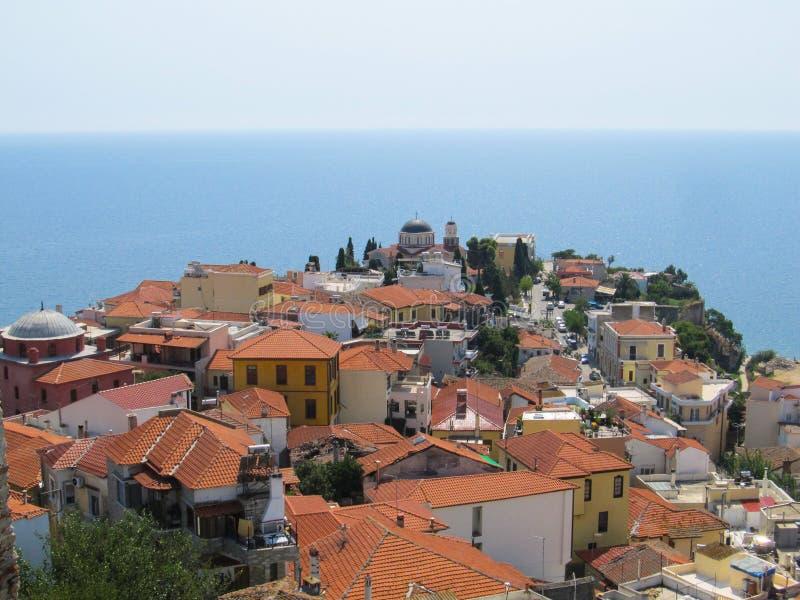 Piękny widok stary Grecki miasto z czerwoną kafelkową dach świątynią i niekończący się błękitny morze na gorącym Pogo obraz royalty free