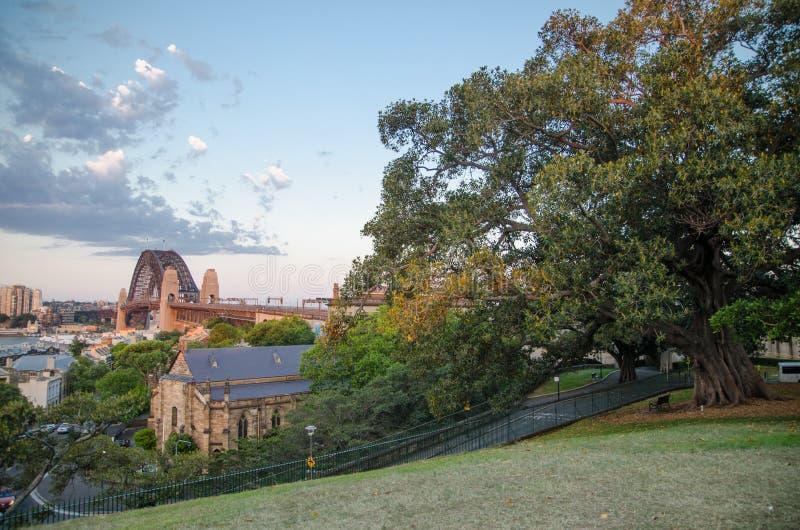 Piękny widok Sydney schronienia most od Obserwatorskiego wzgórze punktu obserwacyjnego z parkland zdjęcie stock