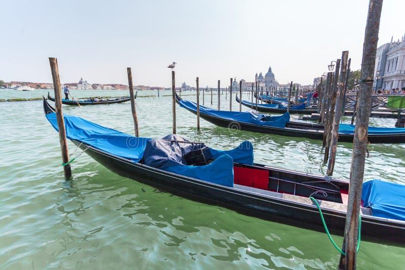 Piękny widok tradycyjna gondola na Kanałowy Grande z bazyliki Di Santa Maria della salutem w Wenecja, Włochy zdjęcie royalty free