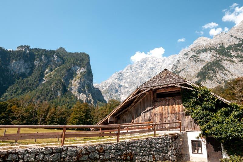 Piękny widok tradycyjny drewniany łódkowaty dom przy brzeg sławny Jeziorny Obersee w scenicznym Nationalpark zdjęcia royalty free