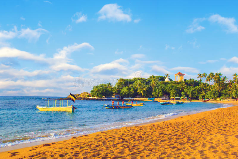 Piękny widok tropikalny plażowy Unawatuna Sri Lanka zdjęcie stock