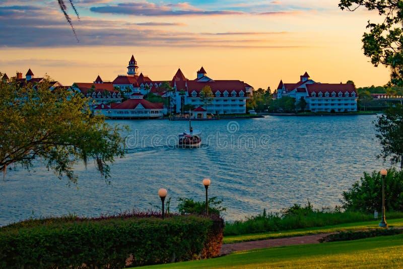 Piękny widok Uroczysta Floridian kurortu, zdroju & taxi łódź na błękitnym jeziorze przy Walt Disney World terenem 1 zdjęcie stock