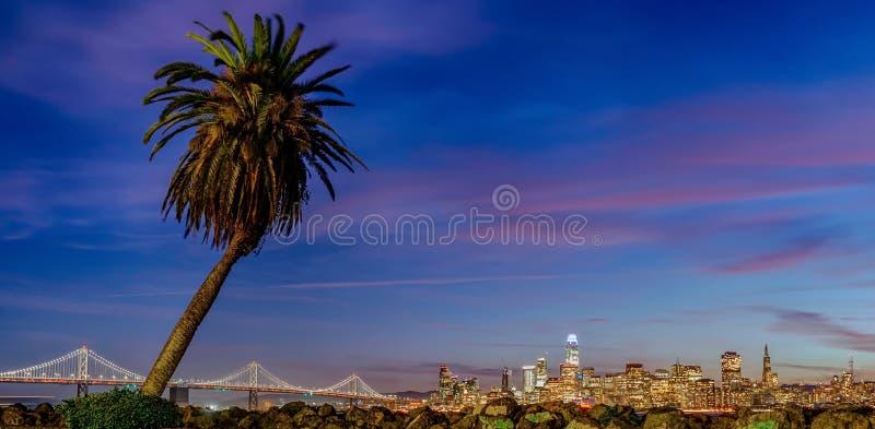 Piękny widok w centrum San Francisco w usa przy półmrokiem obraz royalty free