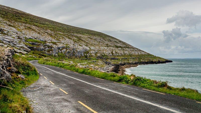 Piękny widok wiejska nabrzeżna R477 droga wzdłuż Burren zdjęcia stock