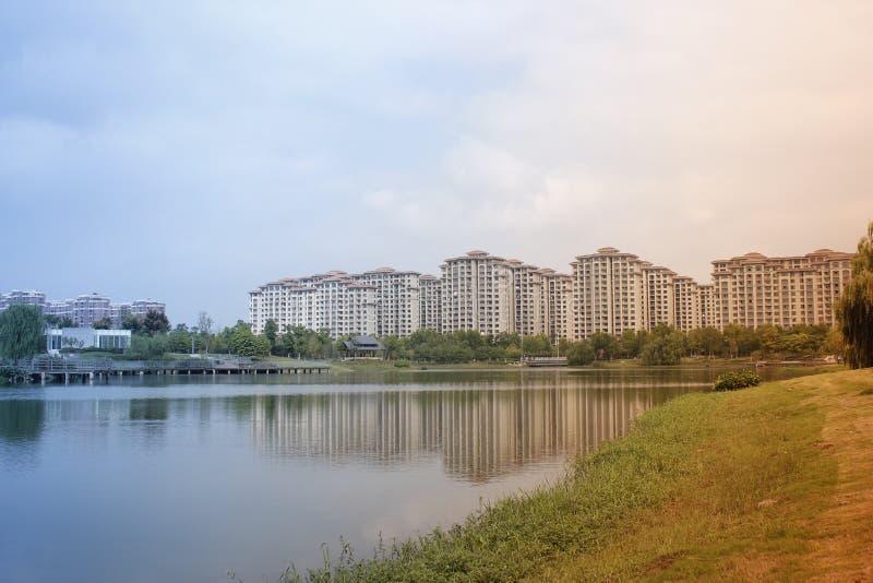 Piękny widok z budynkami odbija na jeziorze który blisko miasta rodzinnego obrazy royalty free