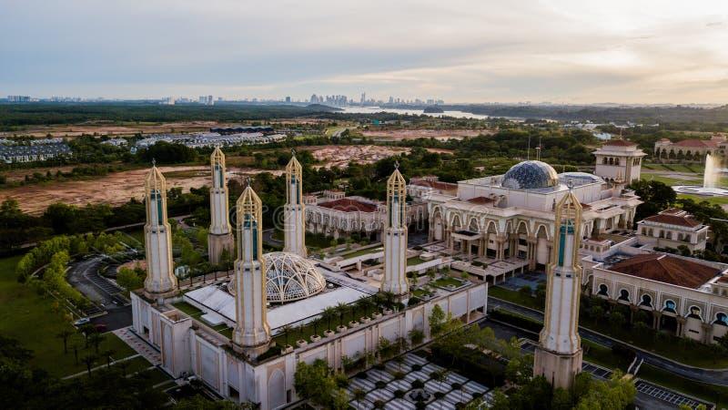 Piękny widok z lotu ptaka na wschód słońca w meczecie Kota Iskandar położonym w Kota Iskandar, Iskandar Puteri, w stanie Johor zdjęcia stock