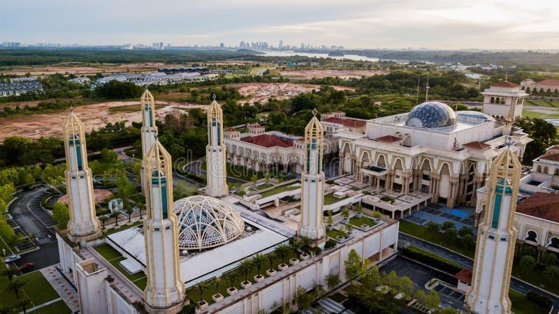 Piękny widok z lotu ptaka na wschód słońca w meczecie Kota Iskandar położonym w Kota Iskandar, Iskandar Puteri, w stanie Johor fotografia stock