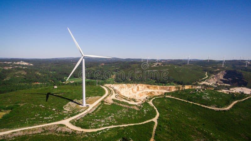 Piękny widok z lotu ptaka wiatraczki na zielenieje pole, Portugalia obrazy stock