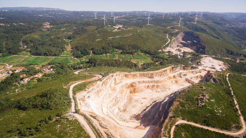 Piękny widok z lotu ptaka wiatraczki na zielenieje pole, Portugalia obraz royalty free