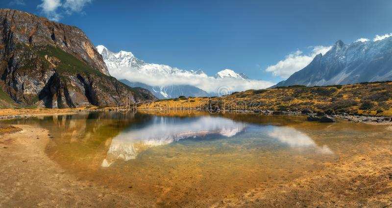 Piękny widok z wysokością kołysa z śniegi zakrywającymi szczytami, góra fotografia royalty free