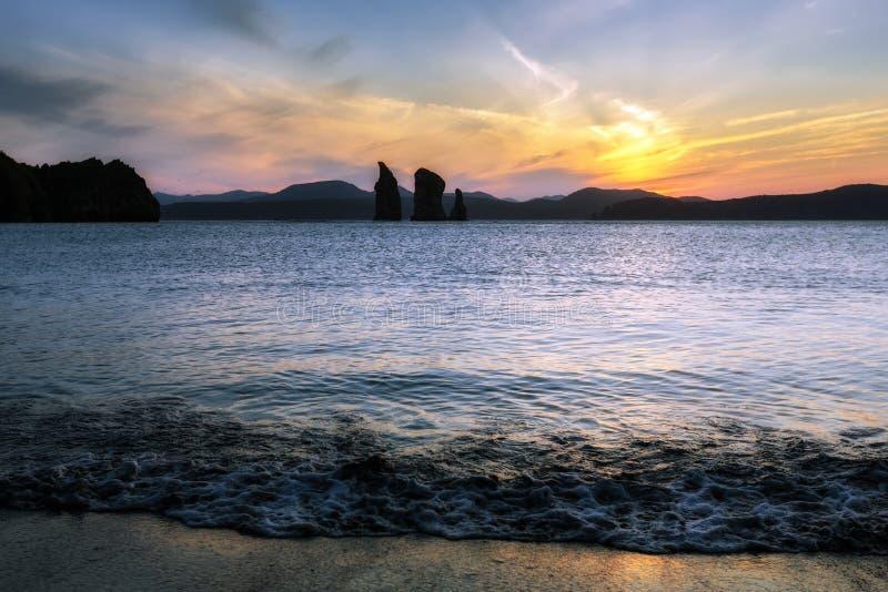Piękny widok zmierzch nad skałami w morzu obraz stock