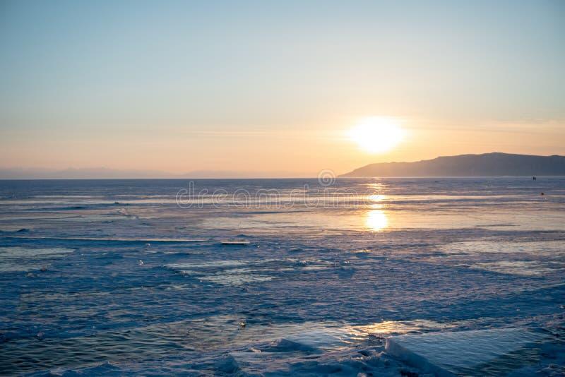 Piękny widok zmierzchu krajobraz na śnieżnym jeziornym Baikal w zimie fotografia royalty free