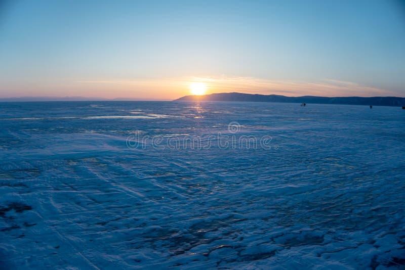 Piękny widok zmierzchu krajobraz na śnieżnym jeziornym Baikal w zimie obraz stock