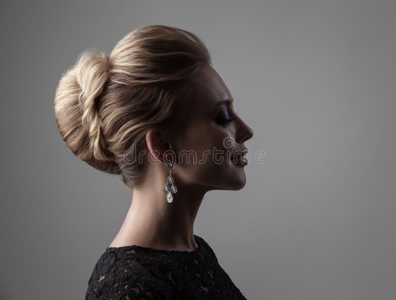piękny wieczór uzupełniająca kobieta sztuki biżuterii mody zdjęcie bedsheet moda kłaść fotografii uwodzicielskich białej kobiety  fotografia stock