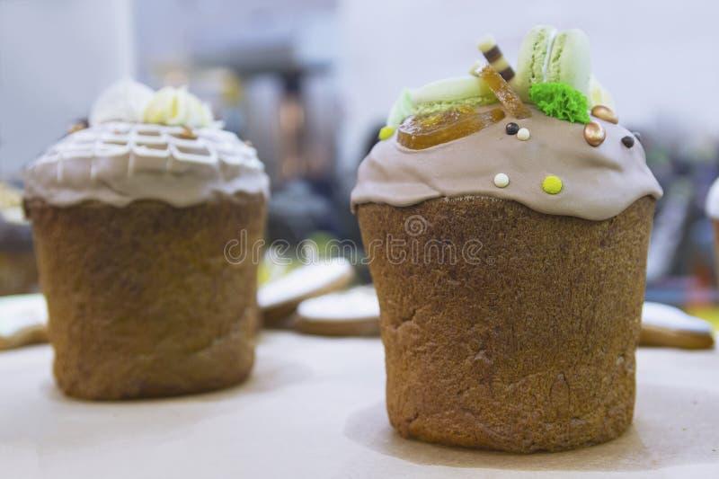 Pi?kny wielkanoc tort na okno sklep fotografia stock