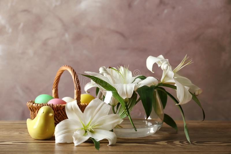 Piękny Wielkanocny skład z lelujami i jajkami zdjęcia stock