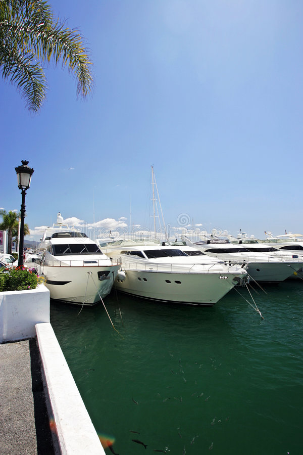 Download Piękny Wielki Luksusowy Ogłuszania Białe Jachtów Obraz Stock - Obraz złożonej z sport, luksusowy: 127539