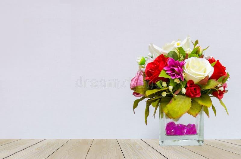 Piękny Wielo- kolor róże w Szklanym Flowerpot przy kątem na Drewnianym stole z Szarym tłem zdjęcia stock