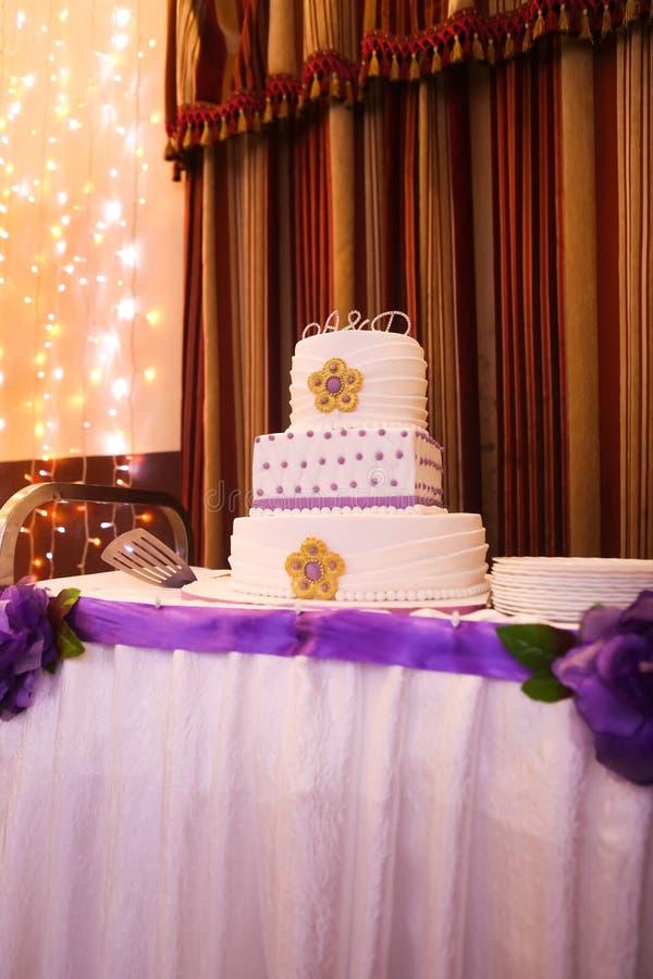 Piękny wielopoziomowy ślubny tort z purpurowymi brzmieniami obraz stock