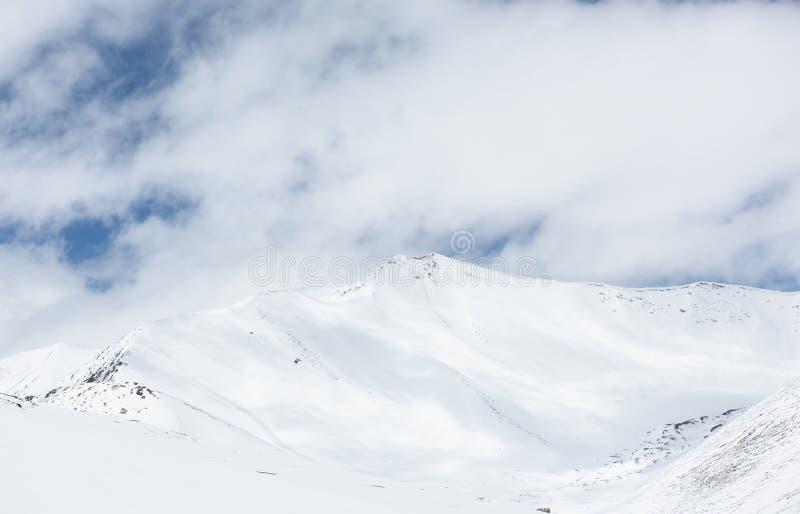 Piękny wierzchołek Himalajskie góry, zakrywający śniegiem indu zdjęcie royalty free