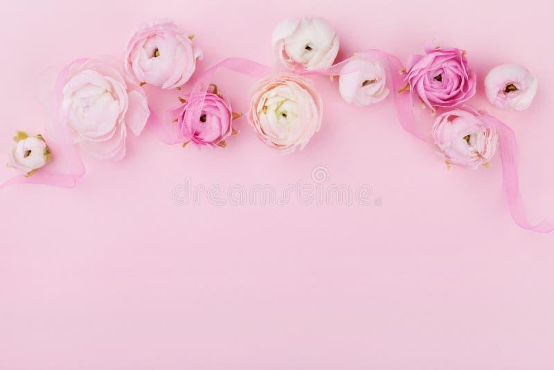 Piękny wiosna kwiat na różowym biurku od above dla ślubnego mockup lub kartka z pozdrowieniami na kobieta dniu Kwiecista granica  obraz stock