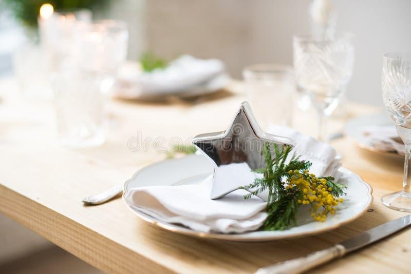 Piękny wiosna stołu położenie z zielenią opuszcza i mimoza rozgałęzia się, jaskrawa bielu stołu gościa restauracji dekoracja zdjęcia royalty free