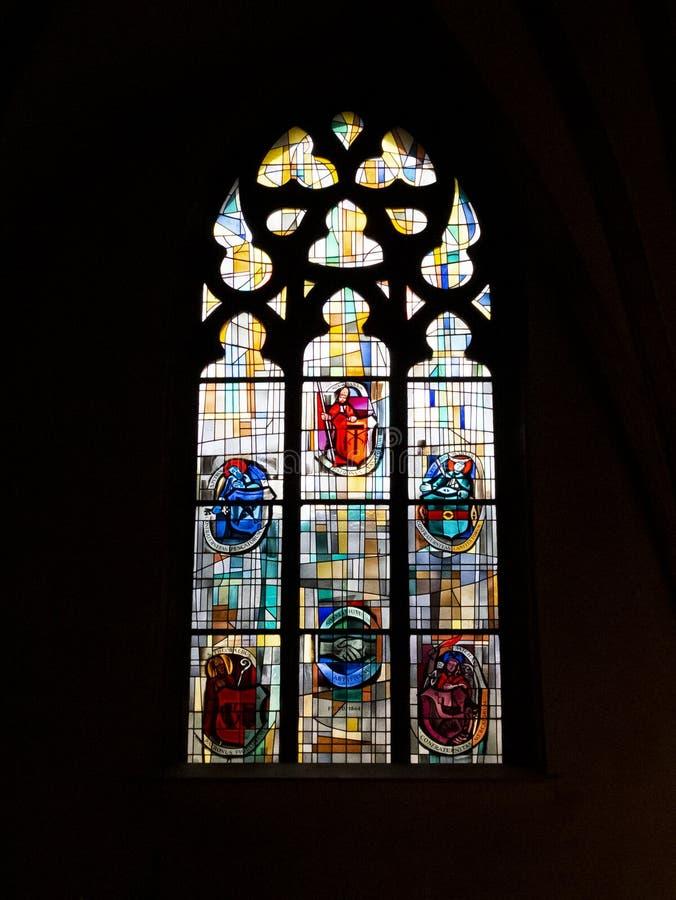 Piękny witrażu okno przy Świątobliwym Michael kościół - stary religijny miejsce w Luksemburg mieście, zamknięty obrazek obrazy royalty free