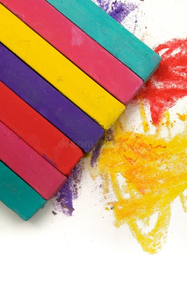 Piękny wizerunek Kolorowe Pastelowe kredki i Biały tło obrazy stock