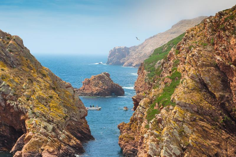 Piękny wizerunek między skałą ocean, Berlengas, Portugalia zdjęcie royalty free