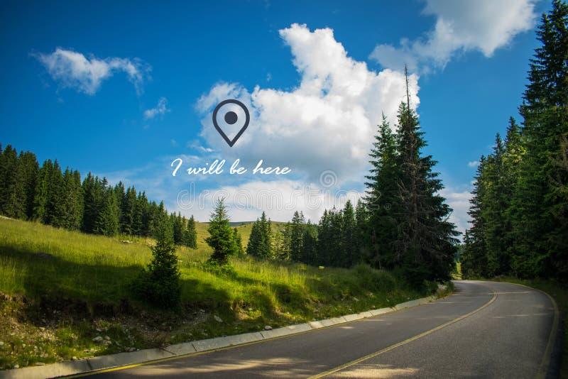Piękny wizerunek z drogą która krzyżuje góry, sosnowego conifer i wiadomości, ja będzie tam GPS lokaci ikona zdjęcie royalty free