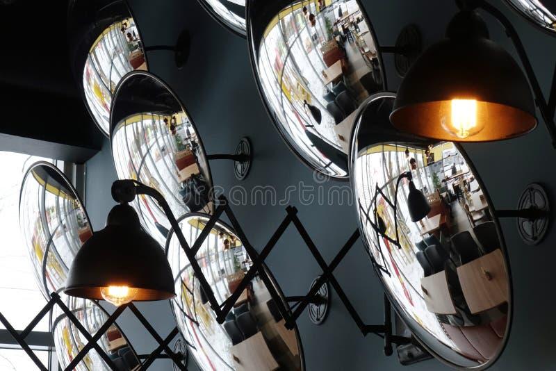Piękny wnętrze kawiarnia ściany dekoruje z round lustrami fotografia stock