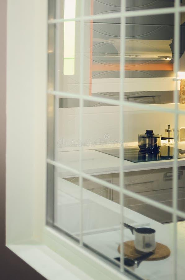 Piękny wnętrze, widok kuchnia przez okno zdjęcie royalty free