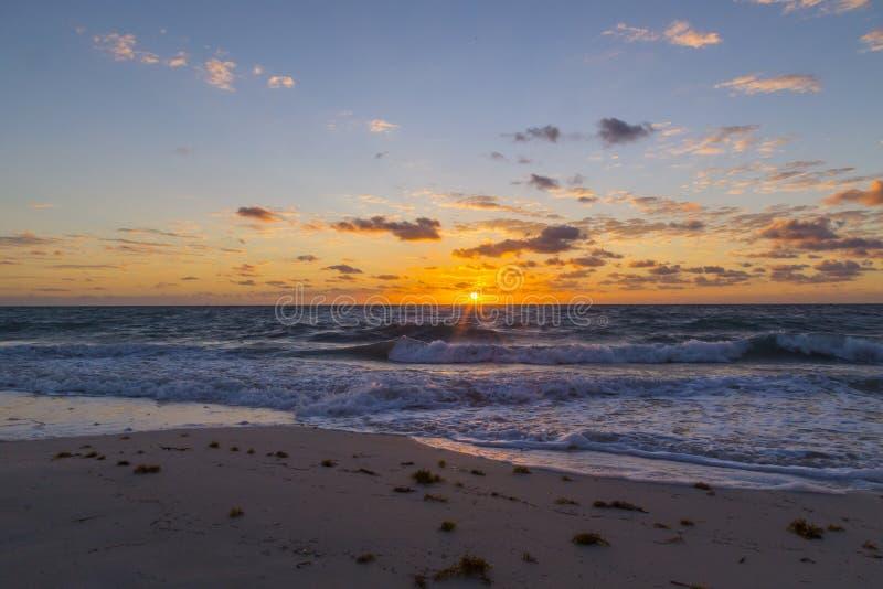 Piękny wschód słońca na biel plaży, Cancun Quintana Roo, Meksyk obraz stock
