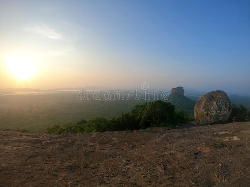 Piękny wschód słońca nad Pidurangla i Sigiriya Kołysamy w Sri Lanka obraz royalty free