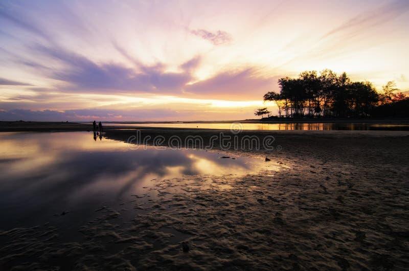 Piękny wschód słońca nad tropikalną piaskowatą plażą, magicznym światłem słonecznym i odbiciem, obraz royalty free