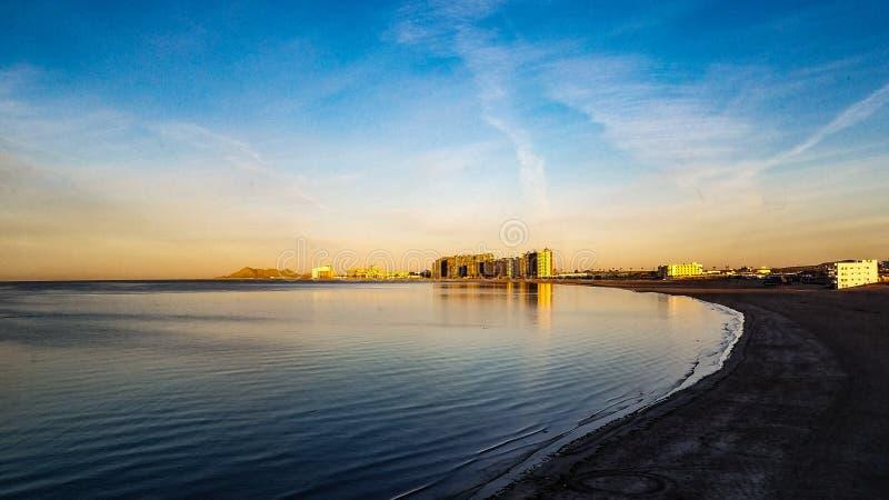 Piękny wschód słońca przy Piaskowatą plażą w Skalistym punkcie Od morza Cortez zdjęcia stock