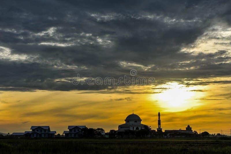 Piękny wschód słońca z meczetem blisko irlandczyka pola fotografia stock