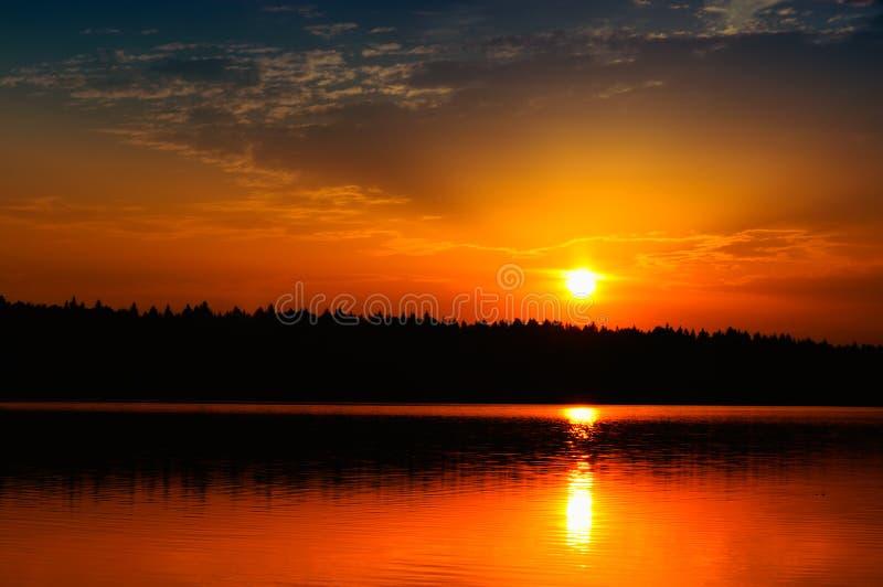 Piękny Wschód słońca/Zmierzch nad Spokojnym Jeziorem zdjęcie royalty free