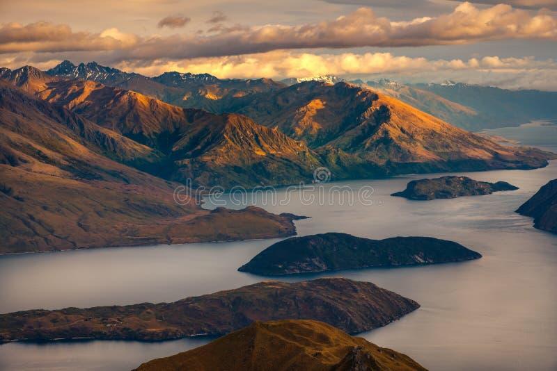 Piękny wschodu słońca krajobrazu widok od Roy ` s szczytu, Jeziorny Wanaka, NZ obraz stock