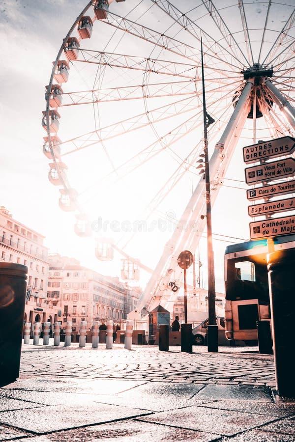 Piękny wysoki Ferris toczy wewnątrz Marseille, Francja z zadziwiającym jaskrawym niebem obrazy royalty free