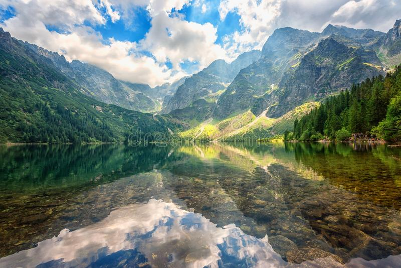 Piękny wysokogórski jezioro w górach, lato krajobraz, Morske Oko, Tatrzańskie góry, Polska fotografia royalty free