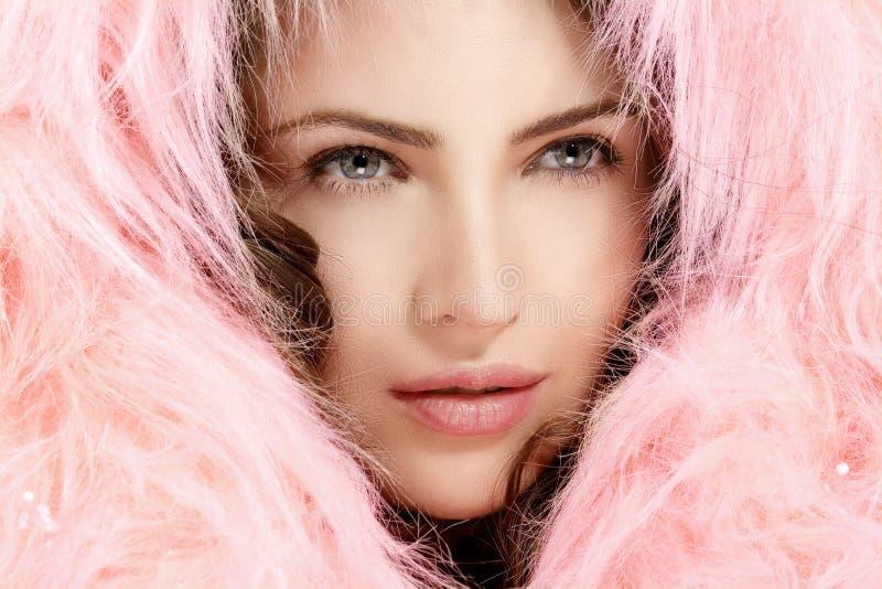 Piękny wzorcowy ochrania jej głowę z różowym futerkowym kapiszonem obrazy stock