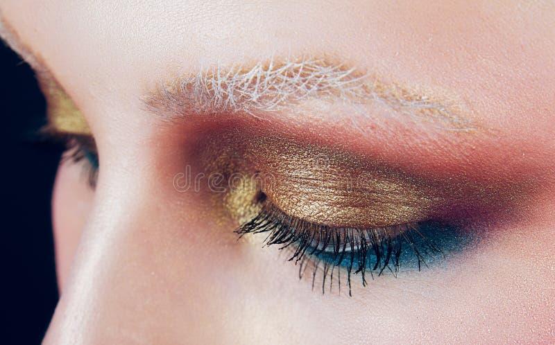 Piękny złoty makijaż przed białe brwi fotografia stock