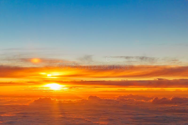 Piękny Złoty zmierzch nad chmurami zdjęcie stock